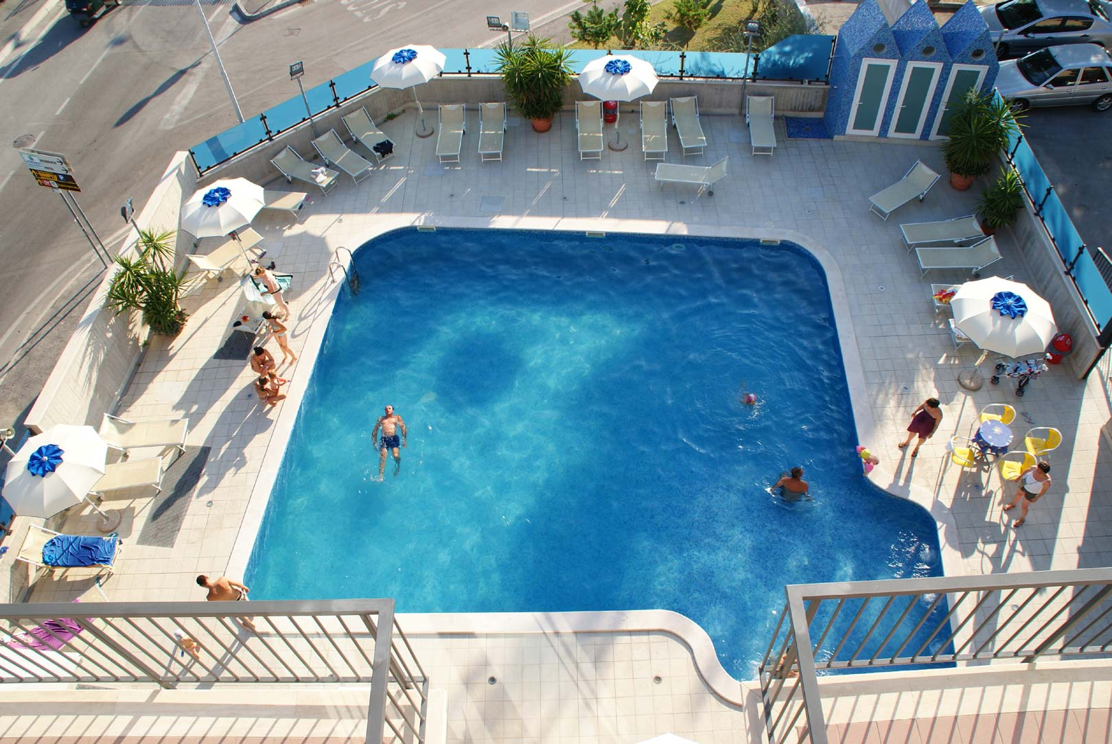 Spazio relax in piscina, vista dall'alto del Residence Grottammare